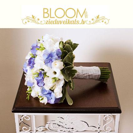Ziedi un to piegāde. Līgavas pušķis no baltām rozēm, baltām frēzijām un zilām hortenzijām.  Kāzas ir īpašs notikums un