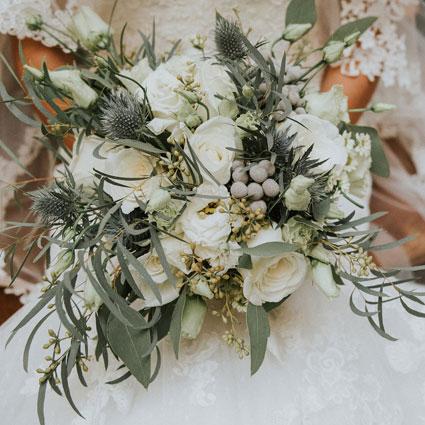 Ziedi Latvijā. Līgavas pušķis no baltiem ziediem un dekoratīviem sezonas zaļumiem.   Kāzas ir īpašs notikums un katrs