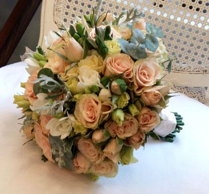 Ziedu piegāde Latvijā. Līgavas pušķis pasteļtoņos ar gaišām krūmrozītēm, frēzijām, lizantēm un sezonas zaļumiem.   Kāzas