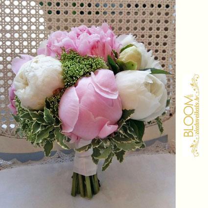 Ziedi. Līgavas pušķis no rozā un baltām peonijām.  Kāzas ir īpašs notikums un katrs līgavas pušķis ir individuāli veidots
