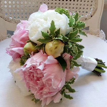 Ziedu piegāde Latvijā. Līgavas pušķis no peonijām.  Kāzas ir īpašs notikums un katrs līgavas pušķis ir individuāli veidots
