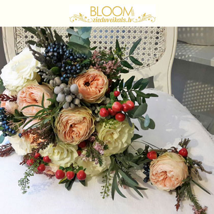 Ziedi Rīga. Līgavas pušķis un līgavaiņa piespraude no dārza rozēm un dekoratīvām ogām.   Kāzas ir īpašs notikums un katrs