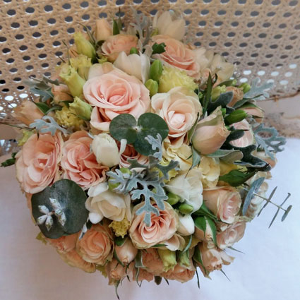 Ziedu veikals. Līgavas pušķis pasteļtoņos ar gaišām krūmrozītēm, frēzijām, lizantēm un dekoratīviem sezonas zaļumiem.