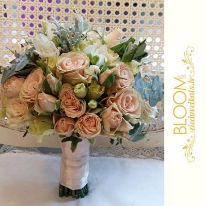 Ziedi. Līgavas pušķis pasteļtoņos ar gaišām krūmrozītēm, frēzijām, lizantēm un sezonas zaļumiem.   Kāzas ir īpašs notikums