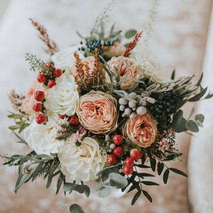 Ziedi ar piegādi. Līgavas pušķis pasteļtoņos ar peonijveida rozēm un dekoratīvu ogu un smalkziedu akcentiem.   Kāzas ir