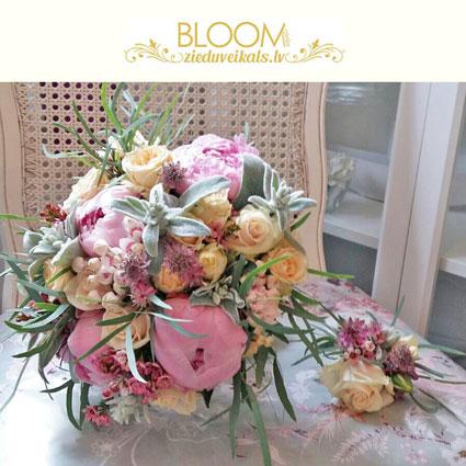 Ziedi un to piegāde. Līgavas pušķis ar rozā peonijām, rozītēm un pieskaņotiem sezonas smalkziediem  un līgavaiņa