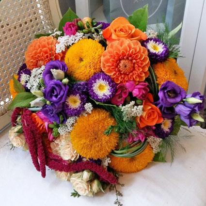 Ziedi. Līgavas pušķis košās krāsās, veidots no vasaras sezonas ziediem: dālijām, asterēm, saulespuķēm.  Kāzas ir īpašs