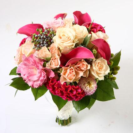 Ziedi Latvijā. Līgavas pušķis rozā toņos.  Kāzas ir īpašs notikums un katrs līgavas pušķis ir individuāli veidots mākslas