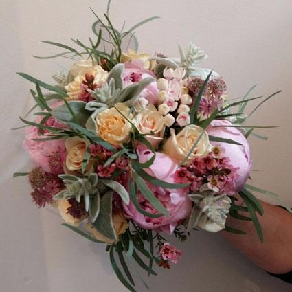 Ziedu piegāde Latvijā. Līgavas pušķis no gaišām rozēm un rozā peonijām.  Kāzas ir īpašs notikums un katrs līgavas pušķis