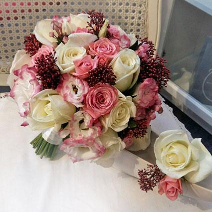 Ziedi Latvijā. Līgavas pušķis balti-rozā toņos no rozēm, lizantēm, dekoratīviem smalkziediem un pieskaņota līgavaiņa