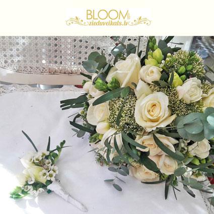 Ziedi Latvijā. Baltas rozes un baltas frēzijas ar zaļganu smalkziedu akcentiem līgavas pušķī un pieskaņotā līgavaiņa