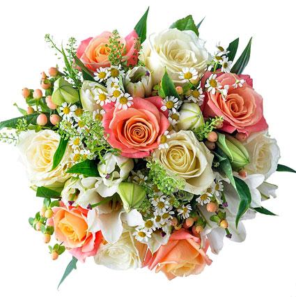 Ziedu pušķis gaišos toņos no baltām un rozā rozēm, baltām lilijām un sezonāliem dekoratīviem zaļumiem, ziedu piegāde