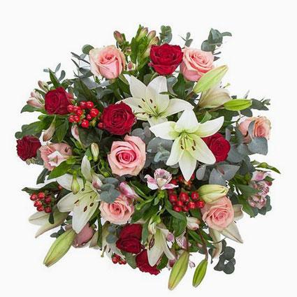 Ziedu piegāde Rīgā. Bagātīgs ziedu pušķis no sarkanām rozēm, rozā rozēm, baltām lilijām, baltām alstromērijām, dekoratīviem
