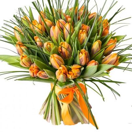 Ziedi Latvijā. 25 vai 35 oranžas tulpes ar dekoratīviem zaļumiem.  Ziedu klāsts ir ļoti plašs. Var gadīties, ka izvēlētie