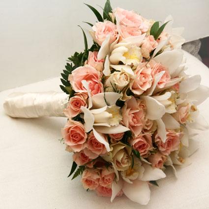 Ziedu veikals. Līgavas pušķis pasteļtoņos no gaiši rozā krūmu rozītēm un baltiem orhideju ziediem.  Kāzas ir īpašs