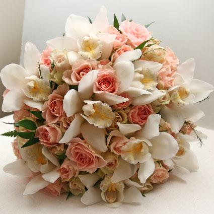 Ziedi ar piegādi. Līgavas pušķis no gaiši rozā krūmu rozītēm un baltiem orhideju ziediem.  Kāzas ir īpašs notikums un