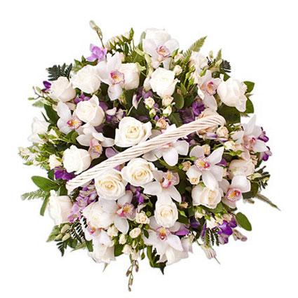 Ziedi un to piegāde. Burvīga ziedu kompozīcija grozā no baltām rozēm, krēmkrāsas krūmrozēm, baltiem cimbīdijorhideju