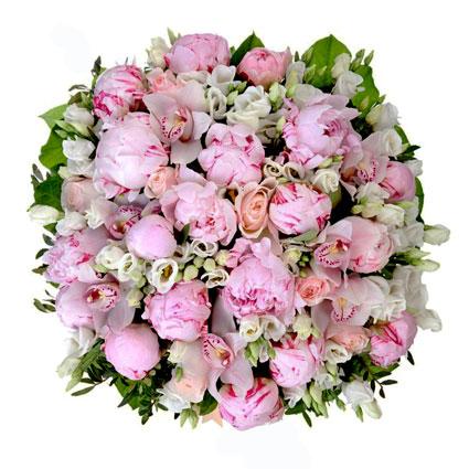 Ziedu veikals. Bagātīgā pušķī rozā peonijas, rozā rozes, baltas lizantes un cimbīdijorhideju ziedi.  Ziedu klāsts ir ļoti