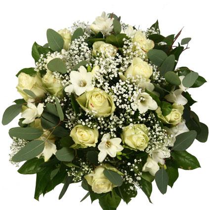 Ziedu pušķis no baltām rozēm un frēzijām ar dekoratīviem smalkziediem un zaļumiem