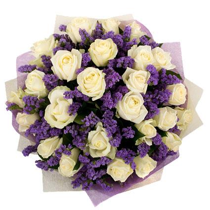 Ziedu veikals. 25 vai 15 baltas rozes saspēlē ar zilām limonijām veido graciozu un izsmalcinātu ziedu pušķi.  Ziedu klāsts