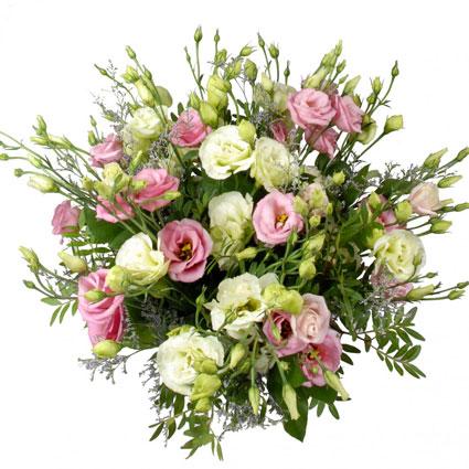 Ziedi un to piegāde. Rozā un baltas lizantes ar sezonāliem dekoratīviem zaļumiem romantiskā ziedu pušķī.  Ziedu klāsts ir