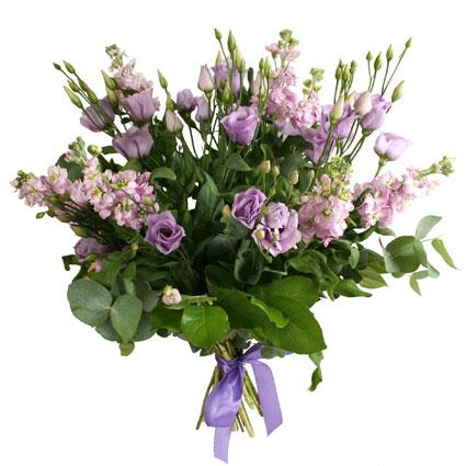 Ziedi. Gaisīgs ziedu pušķis no violetām lizantēm aromātiskajām lefkojām.  Ziedu klāsts ir ļoti plašs. Var gadīties, ka