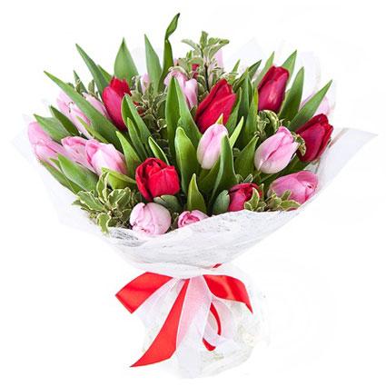Ziedi Latvijā. Ziedu pušķis no rozā un sārtām tulpēm ar dekoratīviem zaļumiem.  Ziedu klāsts ir ļoti plašs. Var gadīties,