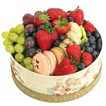Kоробка с ягодами и французскими печеньями «макарон»