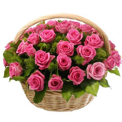 Ziedu piegāde Latvijā. Rozā rožu grozs ar dekoratīviem zaļumiem un smalkziediem. Grozā 29 rozā rozes.   Ziedu klāsts ir