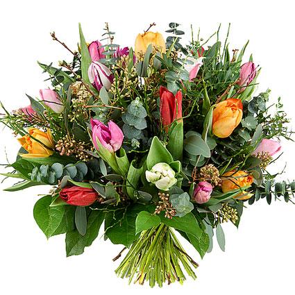 Ziedi Latvijā. Ziedu pušķis pavasara noskaņās no 25 dažādu krāsu tulpēm un dekoratīviem smalkziediem un zaļumiem.   Ziedu