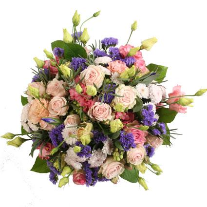 Ziedi ar kurjeru. Izsmalcināts ziedu pušķis no rozā rozēm, rozā lizantēm, zilām limonijām un rozā smalkziedu