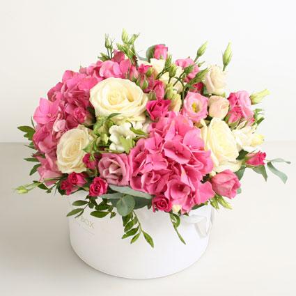 Ziedu kārba ar hortenzijām un rozēm