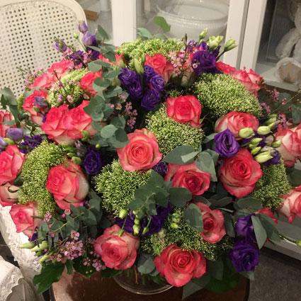 Ziedu piegāde Rīgā, ziedu pušķis no rozā rozēm, violetām lizantēm un dekoratīviem sezonas smaklziediem