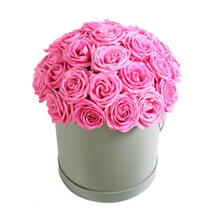 Ziedu piegāde Latvijā. Rozā rožu kompozīcija dāvanu kārbā. Ziedu kompozīcijā 29 rozā rozes.