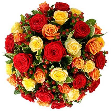 Ziedu piegāde Latvijā. Ziedu pušķis no sarkanām, oranžām, kremkrāsas rozēm ar dekoratīvām sārtām ogām un dekoratīviem