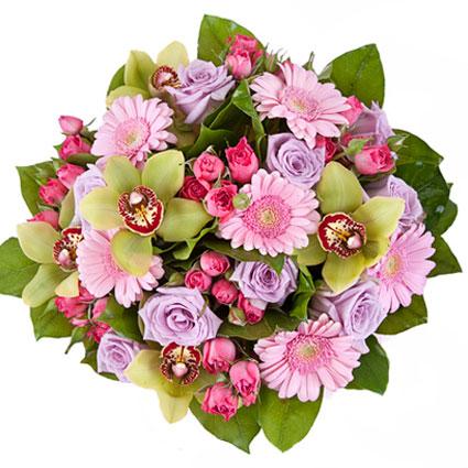 Ziedu veikals. Ekstravagants pušķis no violetām rozēm, rozā gerberām, rozā krūmrozēm un zaļiem orhidejas ziediem.  Ziedu