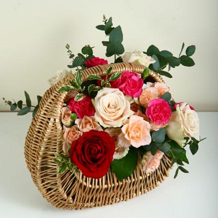 Ziedu groziņā kremīgas un sārtas rozes un krūmrozes, košas smalkneļķes un dekoratīvi zaļumi. Izmērs 31 cm x 30 cm. 21 cm x 21 cm.