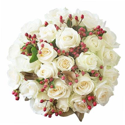 Цветы он-лайн. Цветочный букет из 25 белых роз, декоративных красных ягод и тониров�