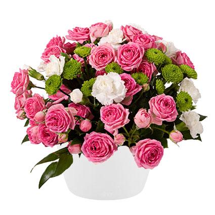 Ziedi Latvijā. Ziedu kompozīcija baltā keramikas traukā no rozā krūmrozēm, baltiem smalkziediem, zaļām Santini krizantēmām,
