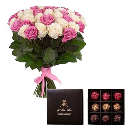 """Rozā un baltu rožu pušķis no 35 vidēja garuma rozēm un """"AL MARI ANNI"""" šokolādes trifeles 135 g."""