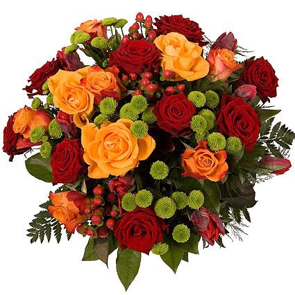 Ziedi Rīga. Koši ziedi skaistā pušķī: sarkanas rozes, oranžas rozes, dzeltenas rozes, sarkanas tulpes, zaļas sīkziedu
