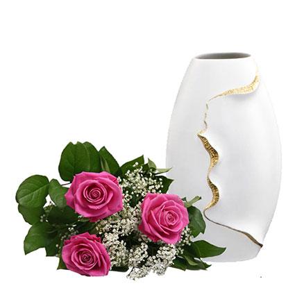 Trīs rozā rozes (50-60 cm) ar dekoratīviem smalkziediem un Kaiser Porzellan vāze Montana ziedu veikalā