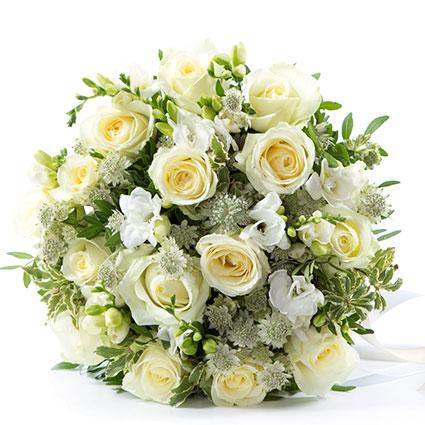 Ziedu piegāde Rīgā - baltas rozes, baltas frēzijas un dekoratīvi smalkziedi elegantā ziedu pušķī
