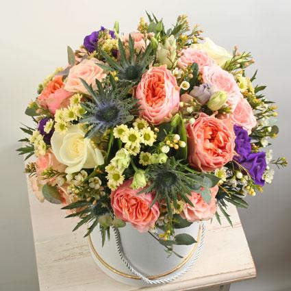 Ziedi Latvijā. Ziedu kompozīcija dāvanu kārbā no laškrāsas rozēm, baltām rozēm, rozā krūmrozēm, zilām lizantēm un