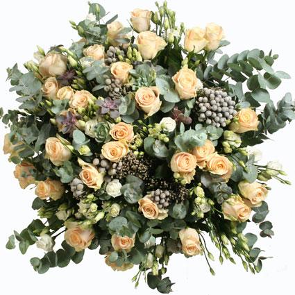 Ziedi ar kurjeru. Ziedu piegāde Rīgā. Maigās krēmkrāsas rozes burvīgi izceļas uz sudrabainā eikalipta fona. Elegants pušķis