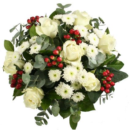 Ziedu piegāde Rīgā. Sārtas dekoratīvas ogas baltu rožu un baltu smalkziedu krizantēmu kupenā.  Ziedu klāsts ir ļoti plašs.