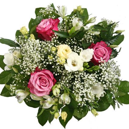 Ziedu piegāde Latvijā - ziedu pušķa satāvā rozā rozes, baltas frēzijas, baltas lizantes, baltas alstromērijas, balti smalkziedi