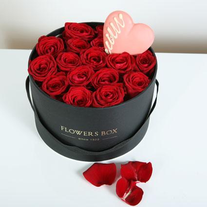 Ziedu kārbā 17 sarkanas rozes un baltās šokolādes sirds AL MARI ANNI (50 g).