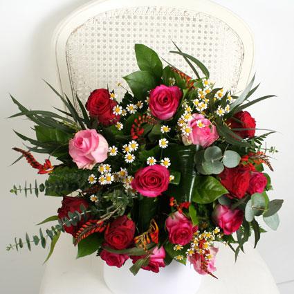 Ziedu piegāde Latvijā - sārtu un rozā rožu pušķis ar krāsainiem sezonas smalkziediem