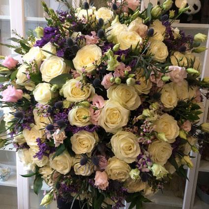 Ziedi ar piegādi Rīgā - baltas rozes, rozā lizantes un dekoratīvi smalkziedi zilos toņos iespaidīgā pušķī